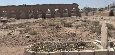 Rakka'da toplu mezarlardaki siviller yeniden defnediliyor