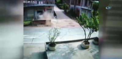 Rampayı aşan otomobil binaya girdi: İnanılmaz kaza kamerada