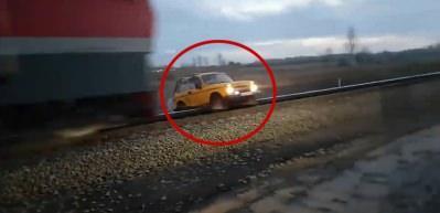 Raylara sıkışan aracı tren böyle biçti!