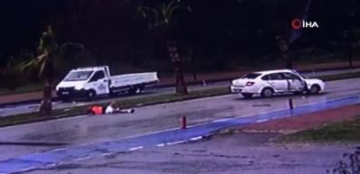 Refüje çarpan otomobilin şoförü araçtan böyle fırladı