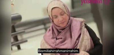 Sağır ve dilsiz kadının Kur'an-ı Kerim'i okuma çabası!