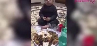 Sahurda uyuyarak yemek yiyen çocuk