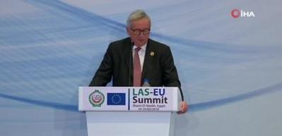 Salon kahkaya boğuldu! Juncker'i konuşma yaptığı sırada eşi aradı...