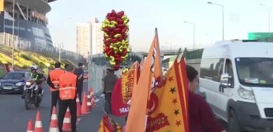 Şampiyon Galatasaray üstü açık otobüsle stada geldi