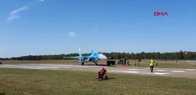 Savaş uçağı, hava gösterisinde pist kenarındaki görevlileri savurdu!
