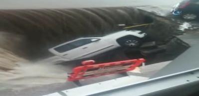 Sel sonrası asfalt çöktü, göçük otomobili böyle yuttu!