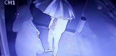 Şemsiyeyle kamufle olmaya çalışan hırsızlar böyle yakalandı