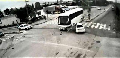 Servis otobüsü otomobile böyle çarptı!