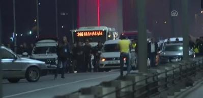 Silahla 15 Temmuz Şehitler Köprüsü'nde trafiği durdurdu
