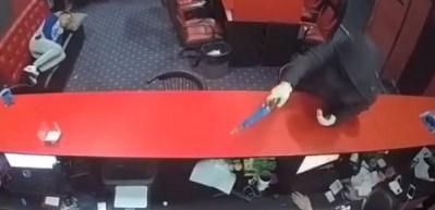 Silahlı soygun sırasında uyuyan adam