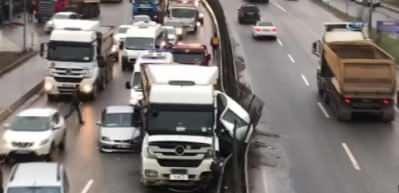 Şile'de hafriyat kamyonu iki aracı ezdi