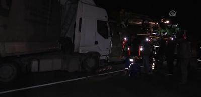 Silivri'de tır kazası yolu trafiğe kapattı