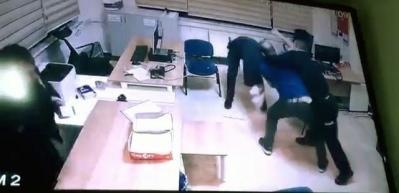 Sivil memur polise demir çubukla saldırdı!