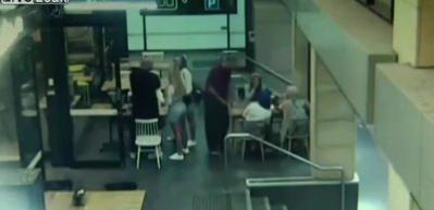 Skandal görüntü! Avustralya'da hamile başörtülü kadına saldırı!