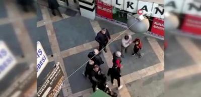 Sokak ortasında kızların kavgasına tokatlı tepki!