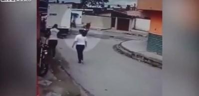 Soyulan adam soyguncuyu uçan tekme ile durdurdu!