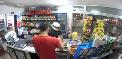 Soymak için geldiği markette yanlışlıkla kendini vurdu!