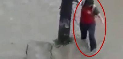 Su dolu çukura düşen kadının dehşet anları kamerada!