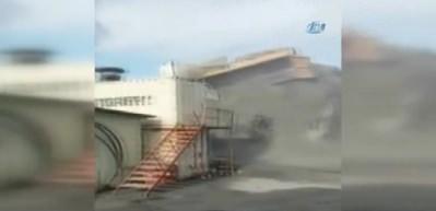 Sultangazi'de mıcır boşaltan kamyon devrilerek böyle yan yattı