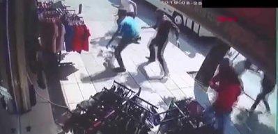 Suriyelilerin kılıç, pala, bıçaklı kavgası kamerada! 1 ölü, 7 yaralı