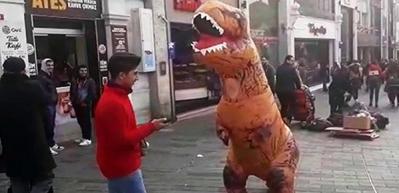 """Taksim Meydanı'nda """"Dinozor"""" şaşkınlığı"""