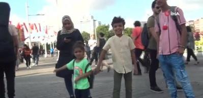 Taksim'de çocuğun emziğini kaparak emen köpek, ilgi odağı oldu