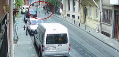 Taksim'de kadını sürükleyerek kapkaç yapan zanlılar böyle yakalandı