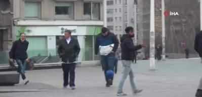 Taksim'de sosyal mesafe uyarısını umursamayan gençler top oynadı