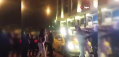 Taksim'de yabancı uyruklu iki kadının saç saça baş başa kavgası kamerada