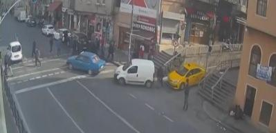 Tarlabaşı'nda kırmızı ışıkta geçen kişiye otomobilin çarpma anı kamerada