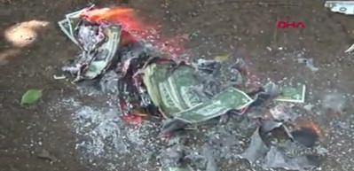 Temsili dolar yakıp, kurdaki yükselişi protesto ettiler