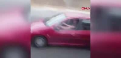 Tepki çeken görüntü: Ayağı dışarıda araba kullandı