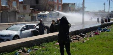 Teröristin mezarına gitmek isteyen HDP'lilere polis müdahalesi