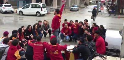 Tezahürat yapan Galatasaraylı taraftarlara otomobil böyle çarptı!