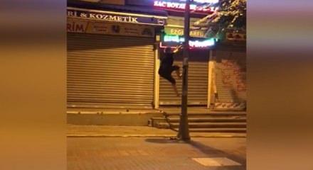 AK Parti bayrağını indirmek için direğe tırmanan CHP'li kadın ile ilgili görsel sonucu
