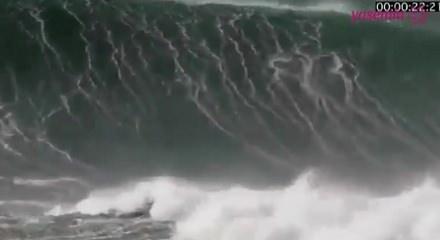 Dev dalgalara yakalanan sörfçünün korkunç anları!