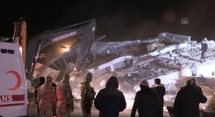 Elazığ'da çöken binada arama çalışmaları devam ediyor