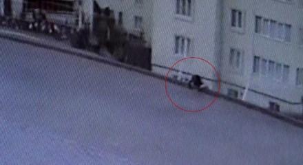İstinat duvarı çöktü, yoldan geçen kadın kaldırımda asılı kaldı