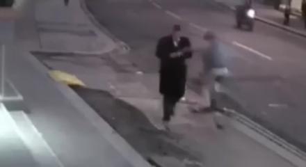 Telefona bakarak yürürken başına bu geldi