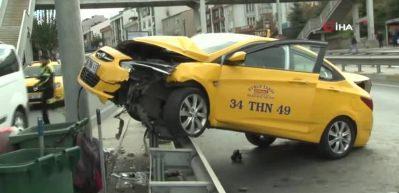 Ticari taksi, çarptığı bariyerlerde askıda kaldı
