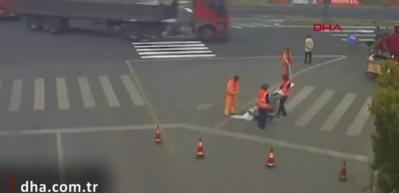 TIR'dan kopan çift tekerlek işçinin üzerinden geçti