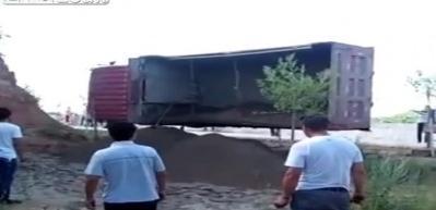 Tonlarca ağırlıktaki kamyon iki kişinin üzerine düştü!