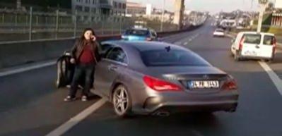Trafik felç oldu! Kadın sürücü otobüsün önünü kesti
