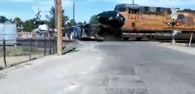 Tren, hemzemin geçitteki TIR'a böyle çarptı!