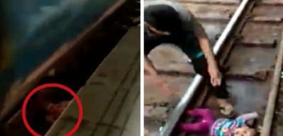 Trenden inerken annesinin kucağından düştü! Mucize kurtuluş kamerada
