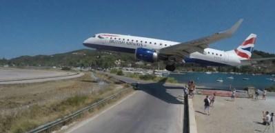 Tüyleri diken diken eden olay: Dev uçak turistleri teğet geçti
