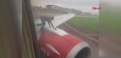 Uçağın kanadına tırmanan adam panik yarattı