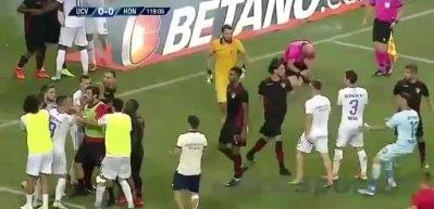 UEFA Avrupa Ligi'nde olay! Hakem yere yığıldı