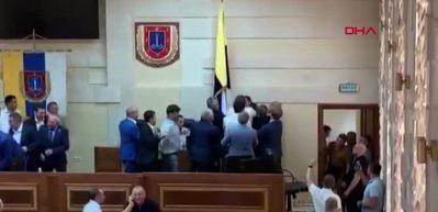 Ukrayna'da meclis karıştı! Birbirlerinin boğazına sarıldılar...