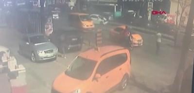 Unkapanı'nda kaza kamerada: Yan yatan otomobil metrelerce sürüklendi